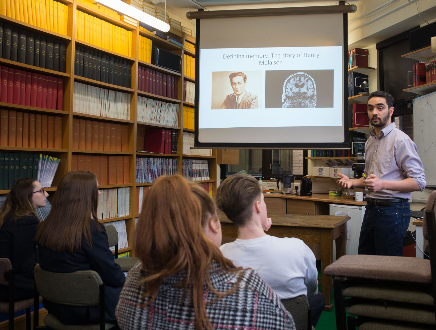 Pupils in small groups talked informally to Unit members about key concepts and challenges in brain research. Here, Unit scientist Mohamady El-Gaby moderates a discussion on the neuronal basis of memory.